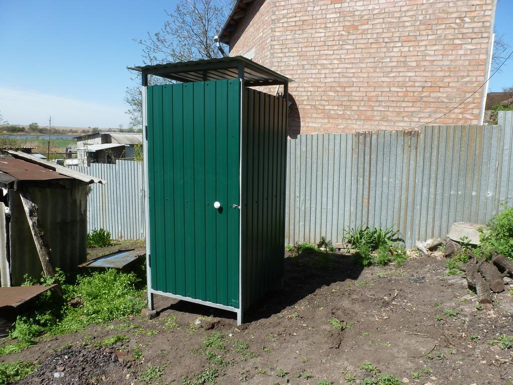 Дачный туалет из металлопрофиля своими руками